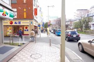 ④「松屋」さんが見えてきますのでそのまま直進。